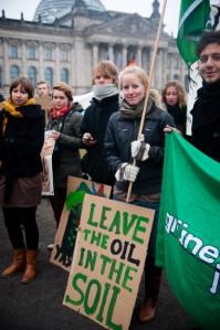 Aktivist*innen übergeben vor dem Reichstag 120.000 Unterschriften, 11.11.2011; (c) Ruben Neugebauer/visual-rebellion.com